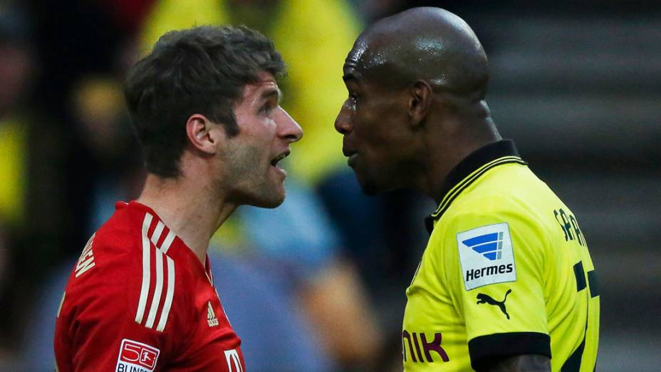 Thomas Muller, do Bayern, discute com Felipe Santana, do Borrussia
