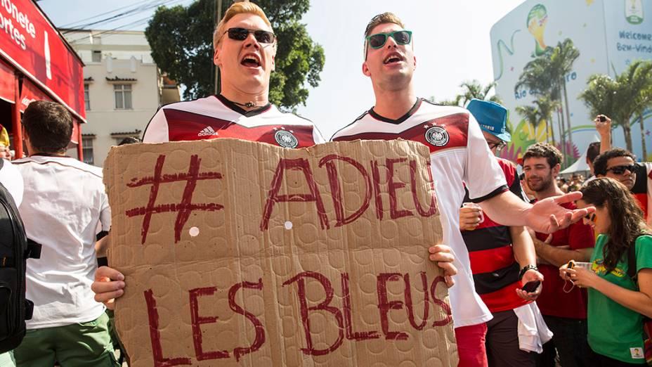 Torcedores chegam para acompanhar a partida entre Alemanha e França pelas quartas de final, no estádio Maracanã, no Rio de Janeiro