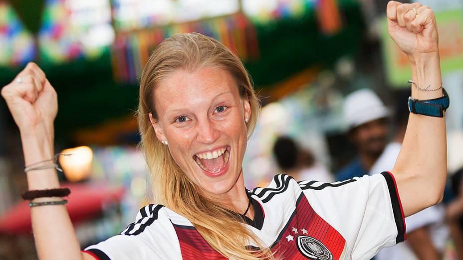 Torcedora da Alemanha antes do jogo contra Portugal na Arena Fonte Nova, em Salvador