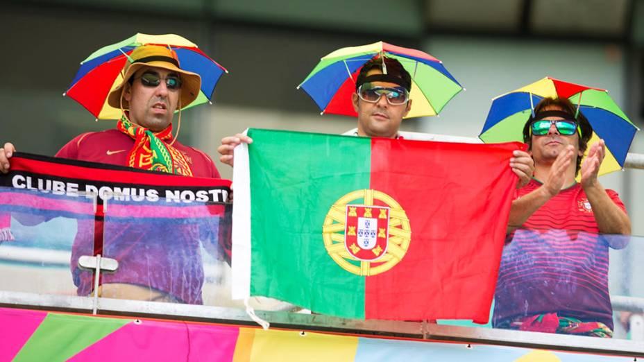 Torcedoresde Portugal aguardam o início da partida contra a Alemanha na Arena Fonte Nova, em Salvador