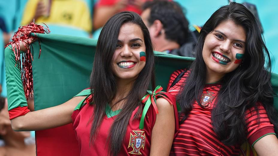 Torcedoras de Portugal aguardam o início da partida contra a Alemanha na Arena Fonte Nova, em Salvador