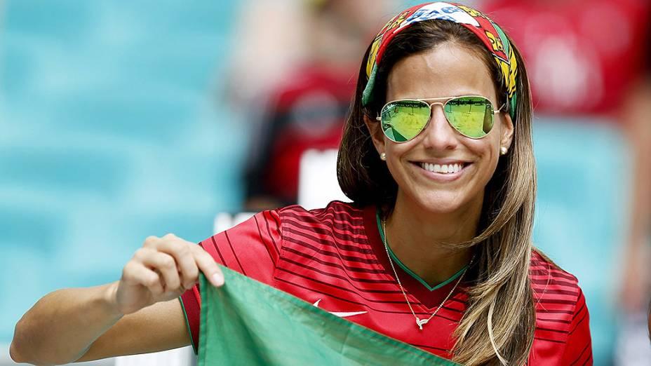 Torcedora de Portugal aguarda o início da partida contra a Alemanha na Arena Fonte Nova, em Salvador