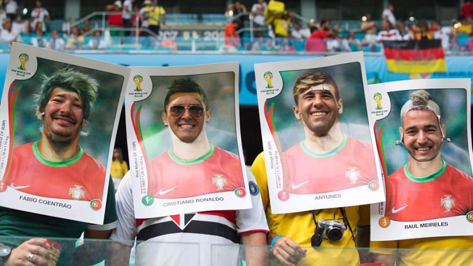 Torcedores posam para foto antes do jogo entre Alemanha e Portugal na Arena Fonte Nova, em Salvador