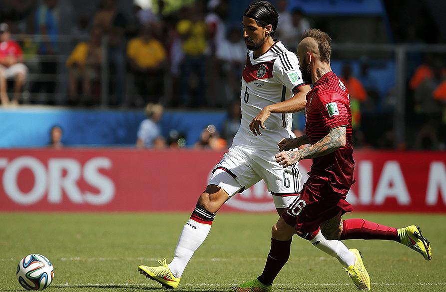 O alemão Khedira disputa a bola com o português Raul Meireles na Arena Fonte Nova, em Salvador