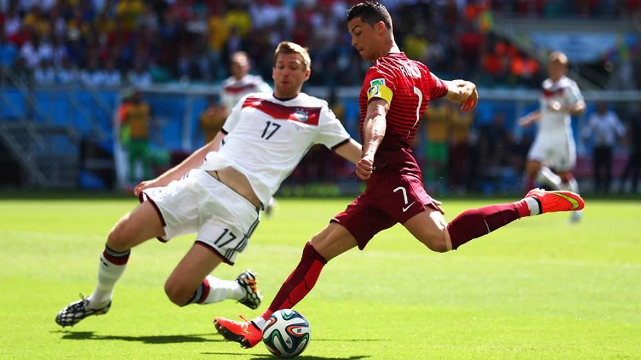 Cristiano Ronaldo, de Portugal, chuta a bola no jogo contra a Alemanha na Arena Fonte Nova, em Salvador