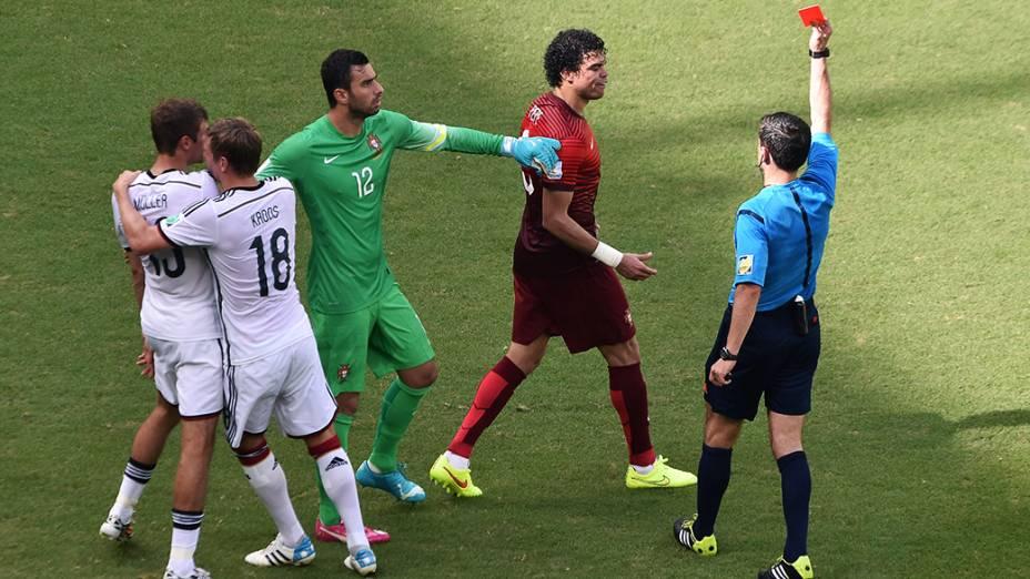 O zagueiro Pepe, de Portugal, recebe cartão vermelho após lance no jogo contra a Alemanha na Arena Fonte Nova, em Salvador