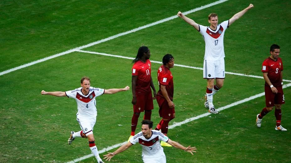 Jogadores da Alemanha comemoram gol contra Portugal na Arena Fonte Nova, em Salvador