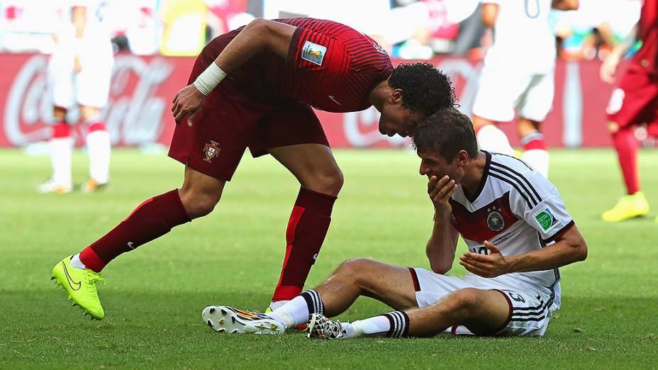 O português Pepe dá uma cabeçada em Thomas Müller, da Alemanha, na Arena Fonte Nova em Salvador