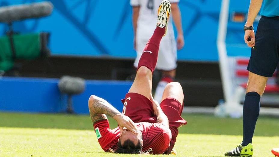 Hugo Almeida, de Portugal, sente a coxa esquerda no jogo contra a Alemanha na Arena Fonte Nova, em Salvador