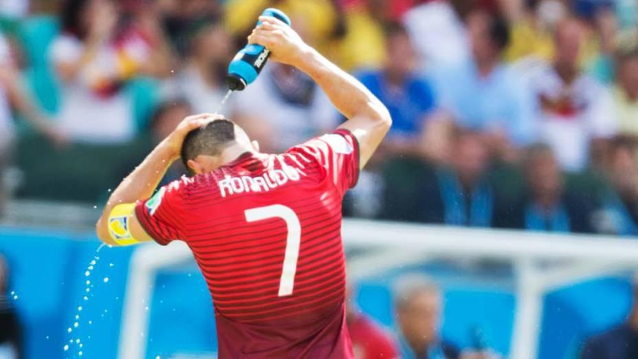 Cristiano Ronaldo se refresca durante o jogo contra a Alemanha na Arena Fonte Nova, em Salvador