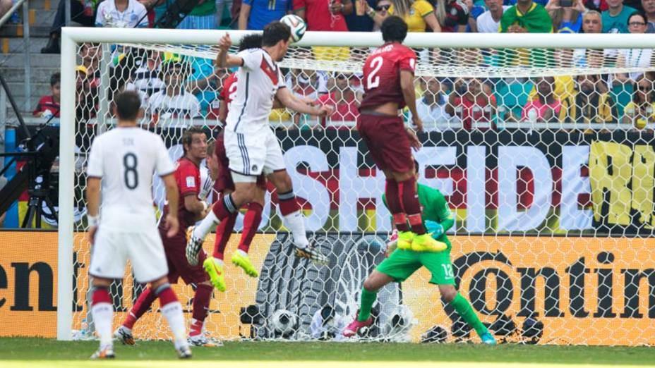 Mats Hummels cabeceia a bola e faz o segundo gol da Alemanha contra Portugal na Arena Fonte Nova, em Salvador