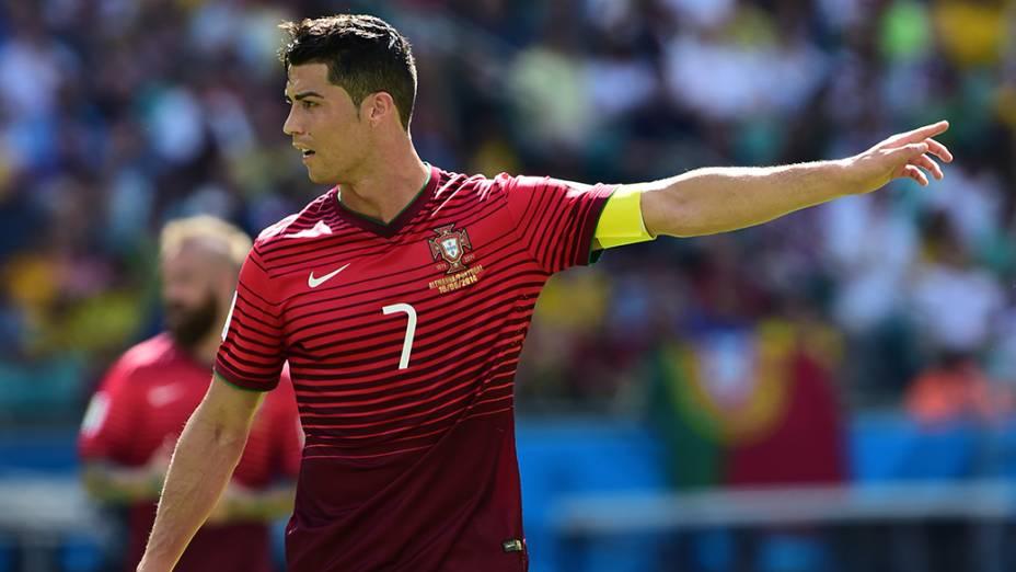 O português Cristiano Ronaldo gesticula no jogo contra a Alemanha na Arena Fonte Nova, em Salvador