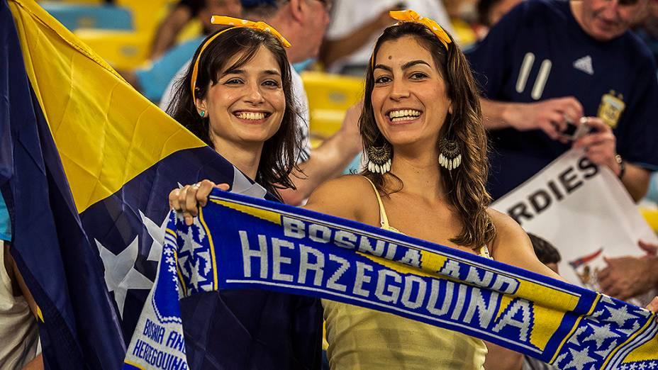 Torcedoras da Bósnia aguardam o início do jogo contra a Argentina no Maracanã, no Rio