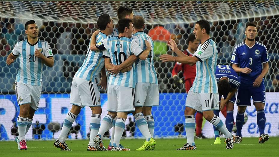 Jogadores da Argentina comemoram o primeiro gol contra a Bósnia no Maracanã, no Rio