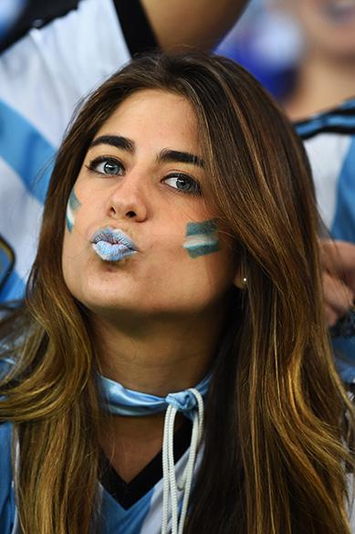 Torcedora argentina aguarda o início do jogo contra a Bósnia no Maracanã, no Rio