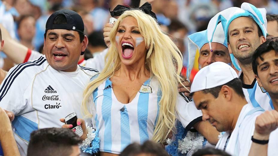 Torcedores da Argentina antes do jogo contra a Bósnia no Maracanã, no Rio