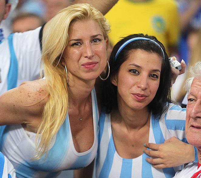 Torcedoras argentinas aguardam o início do jogo contra a Bósnia no Maracanã, no Rio