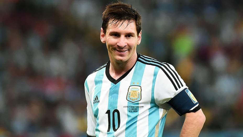 O argentino Lionel Messi sorri durante o jogo contra a Bósnia no Marcanã, no Rio
