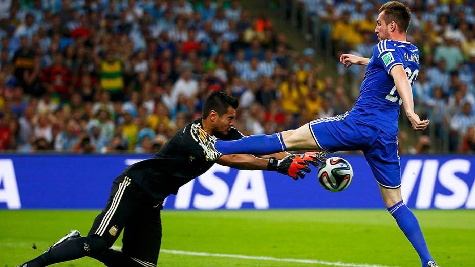O goleiro Sergio Romero pega a bola no jogo contra a Bósnia no Maracanã, no Rio