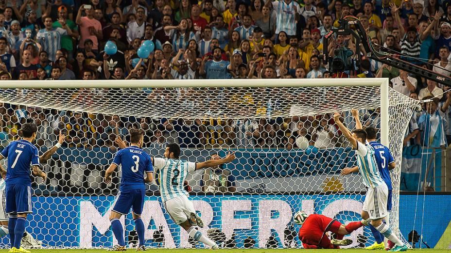 Sead Kolasinac, da Bósnia, faz gol contra e abre o placar para a Argentina no Maracanã, no Rio