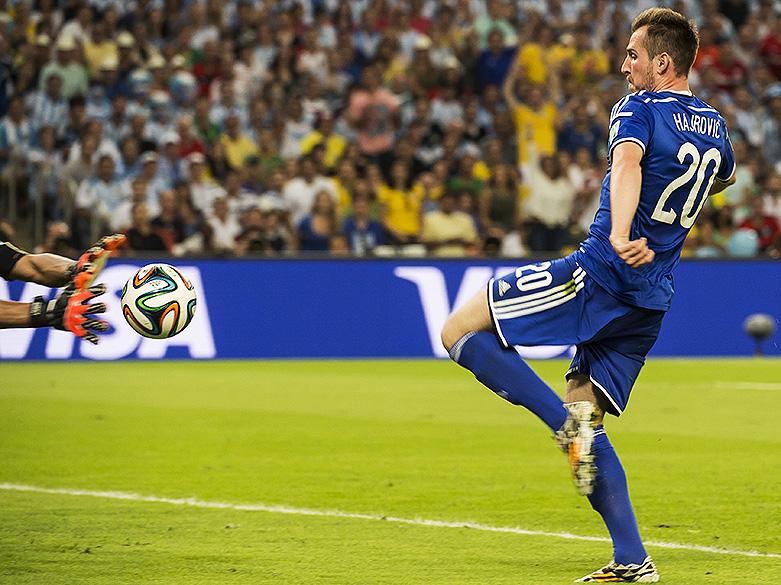 Izet Hajrovic, da Bósnia, tenta fazer gol contra a Argentina no Maracanã, no Rio