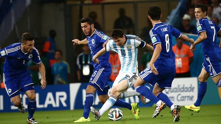 O argentino Lionel Messi é marcado por três jogadores da Bósnia no Maracanã, no Rio