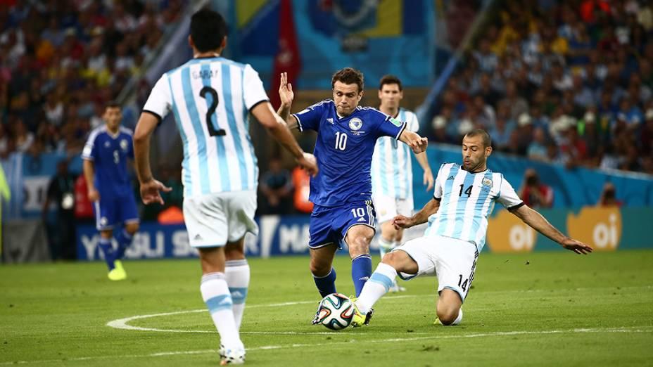 O argentino Mascherano disputa a bola com Misimovic, da Bósnia, no Maracanã no Rio