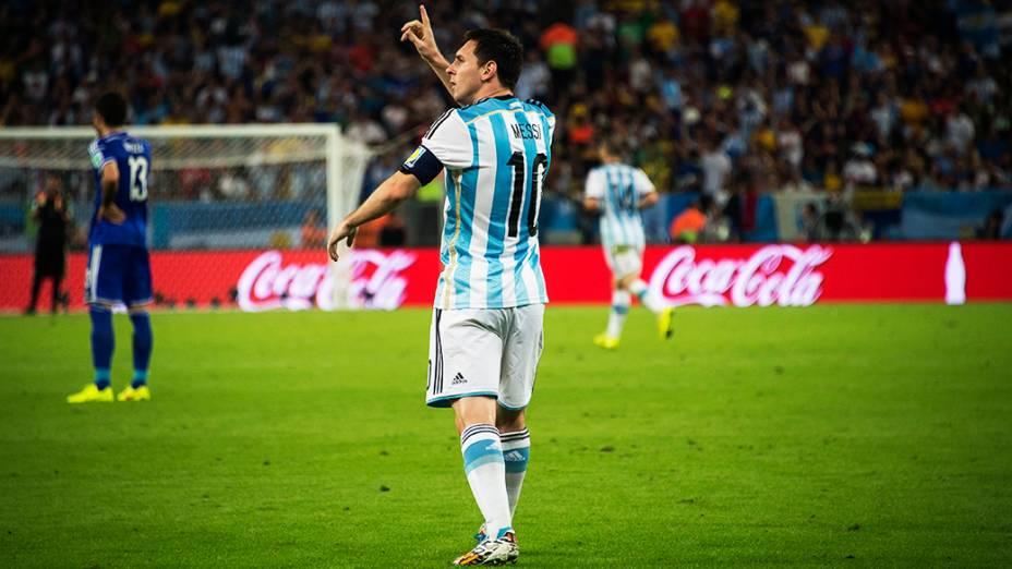 Lionel Messi comemora o segundo gol da Argentina contra a Bósnia no Maracanã, no Rio