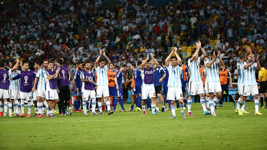 Jogadores da Argentina comemoram a vitória de 2 a 1 contra a Bósnia no Maracanã, no Rio