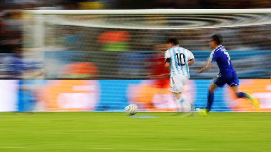 Lionel Messi marca o segundo gol da Argentina contra a Bósnia no Maracanã, no Rio
