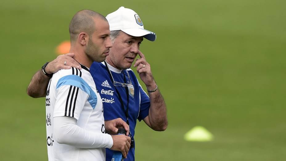 O técnico argentino,Alejandro Sabella, conversa com o meia, Javier Mascherano, durante treinamento da Seleção, emBelo Horizonte