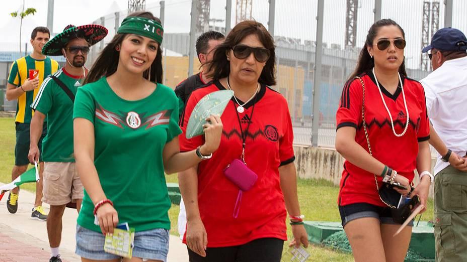 Torcedoras do México chegam no Castelão para o jogo contra o Brasil, em Fortaleza