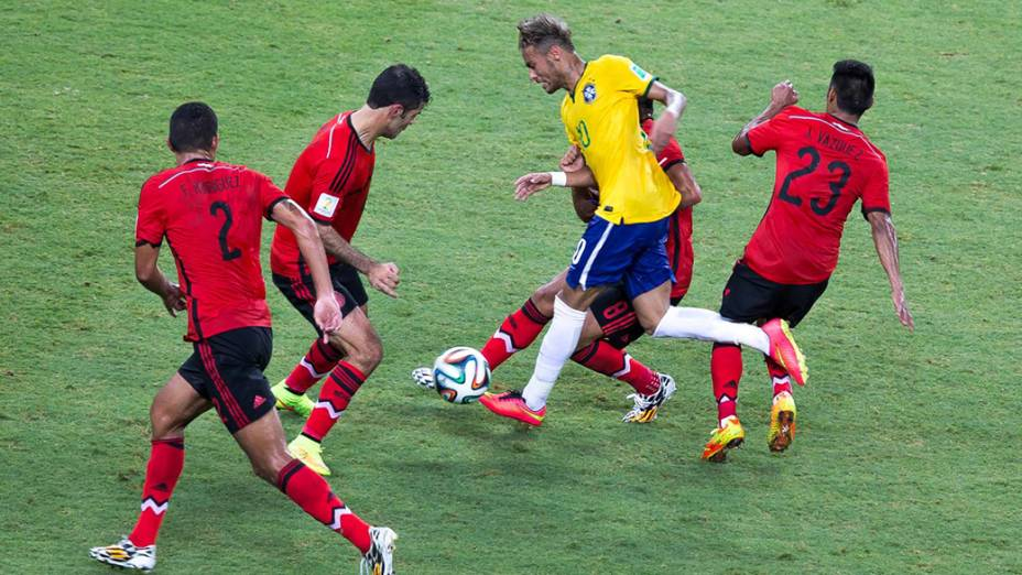 Neymar é macado por quatro jogadores do México no Castelão, em Fortaleza