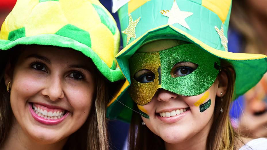 Torcedoras brasileiras durante o jogo contra o México no Castelão, em Fortaleza