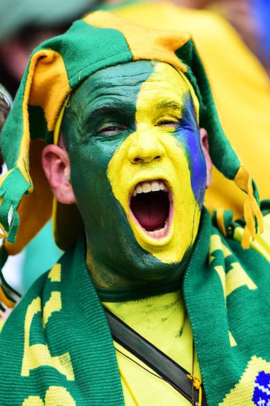 Torcedor pinta o rosto com as cores do Brasil no jogo contra o México no Castelão, em Fortaleza