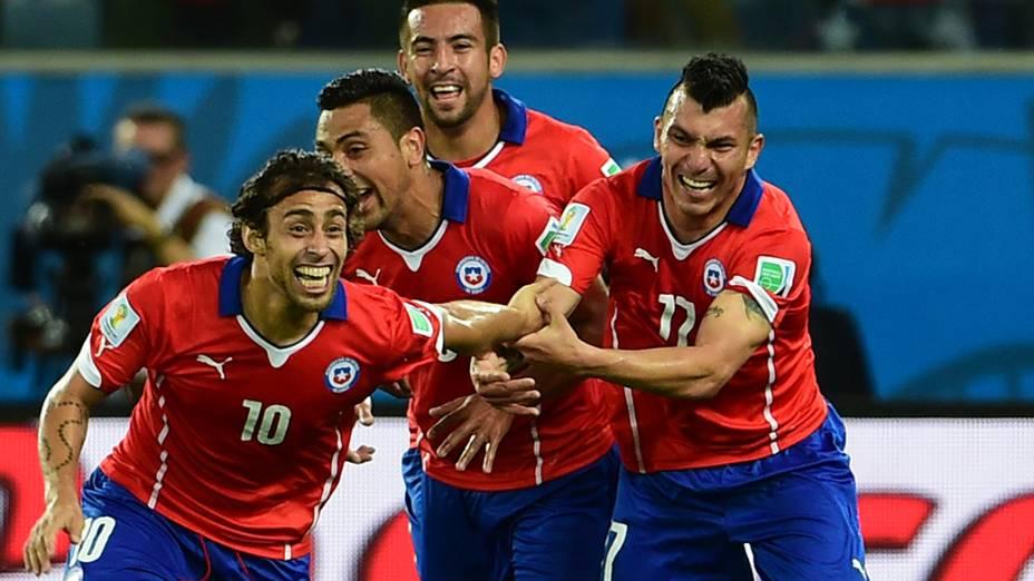 Valdivia comemora o segundo do Chile sobre a Austrália na Arena Pantanal, em Cuiabá (MT)