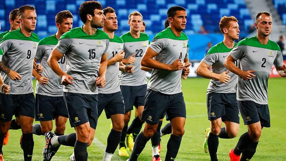 Seleção da Austrália faz aquecimento antes do jogo contra o Chile, na Arena Pantanal em Cuiabá