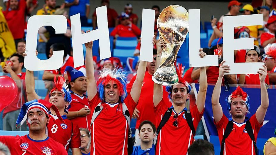 Torcedores do Chile aguradam o início da partida contra a Austrália, na Arena Pantanal em Cuiabá