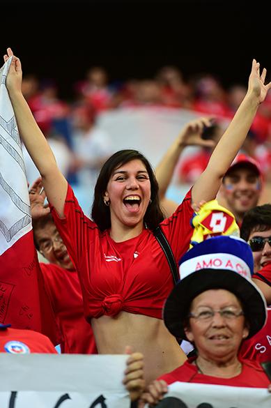 Torcedora chilena aguarda o início do jogo contra a Austrália, na Arena Pantanal em Cuiabá