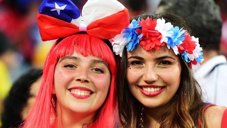 Torcedoras chilenas aguardam o início do jogo contra a Austrália, na Arena Pantanal em Cuiabá