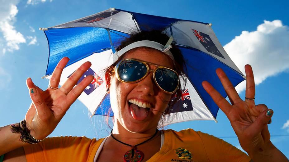 Torcedora da Austrália posa para foto antes do jogo contra o Chile, na Arena Pantanal em Cuiabá