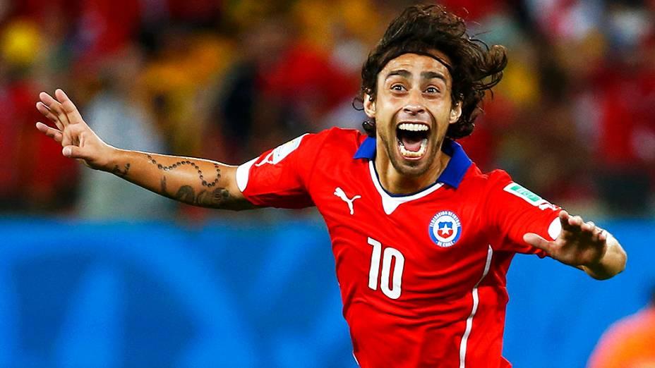 O chileno Valdivia comemora gol contra a Austrália, na Arena Pantanal em Cuiabá