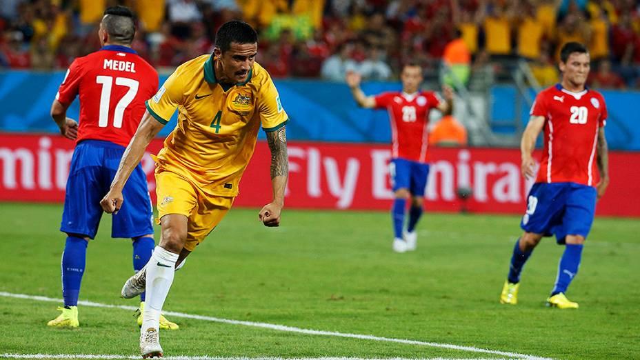 O australiano Tim Cahill comemora gol contra o Chile, na Arena Pantanal em Cuiabá