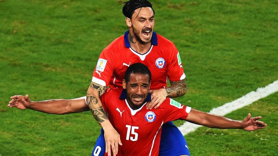 Os jogadores do Chile Mauricio Pinilla e Jean Beausejour comemoram o terceiro gol contra a Austrália, na Arena Pantanal em Cuiabá
