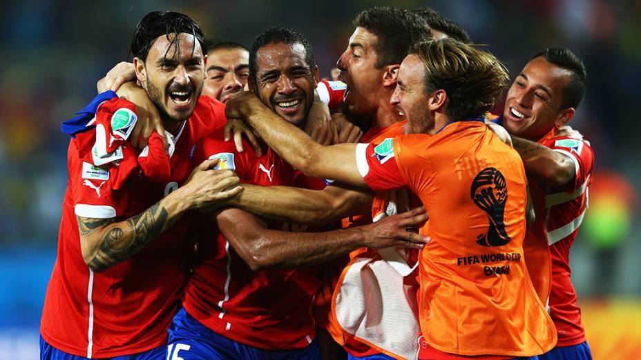 Jogadores do Chile comemoram o terceiro gol da equipe contra a Austrália, na Arena Pantanal em Cuiabá