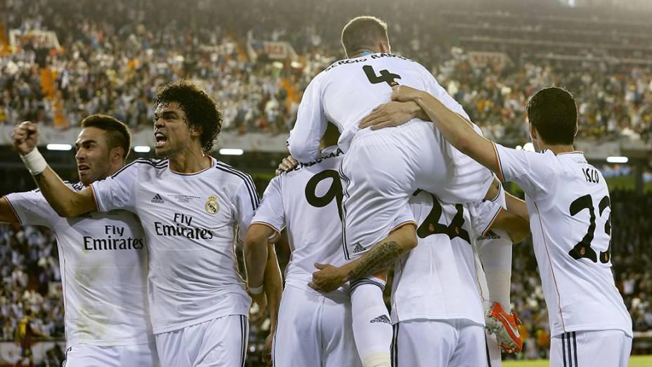Jogadores do Real Madrid comemoram durante partida contra o Barcelona na final da Copa do Rei