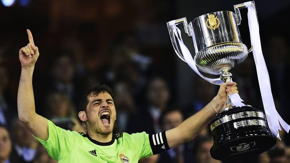 O capitão do Real Madrid, Iker Casillas, ergue a taça da Copa do Rei