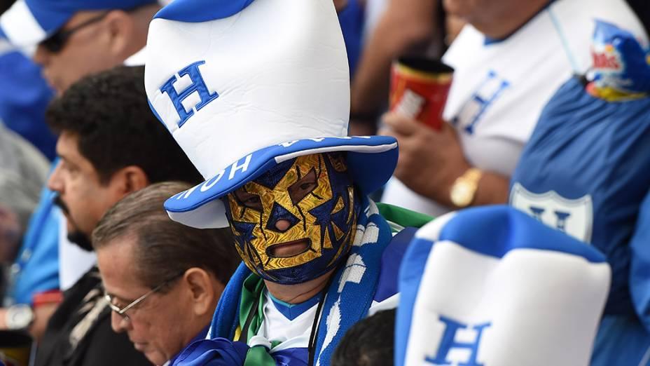 Torcedor de Honduras aguarda o início do jogo contra a França no Beira-Rio, em Porto Alegre