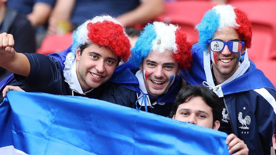 Torcedores da França aguardam o início do jogo contra Honduras no Beira-Rio, em Porto Alegre