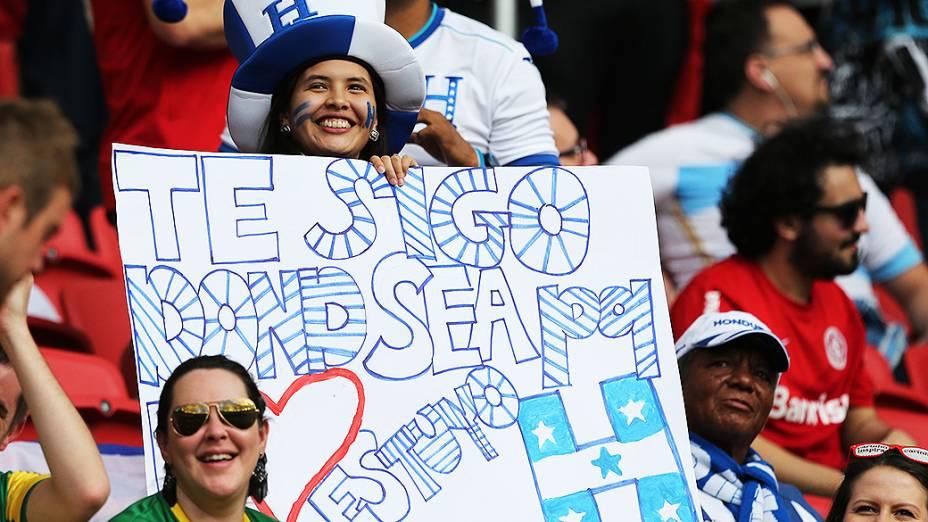Torcedora de Honduras aguarda o início do jogo contra a França no Beira-Rio, em Porto Alegre